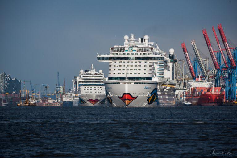 AIDAprima und AIDAmar in Hamburg beim Auslaufen am 23.04.16