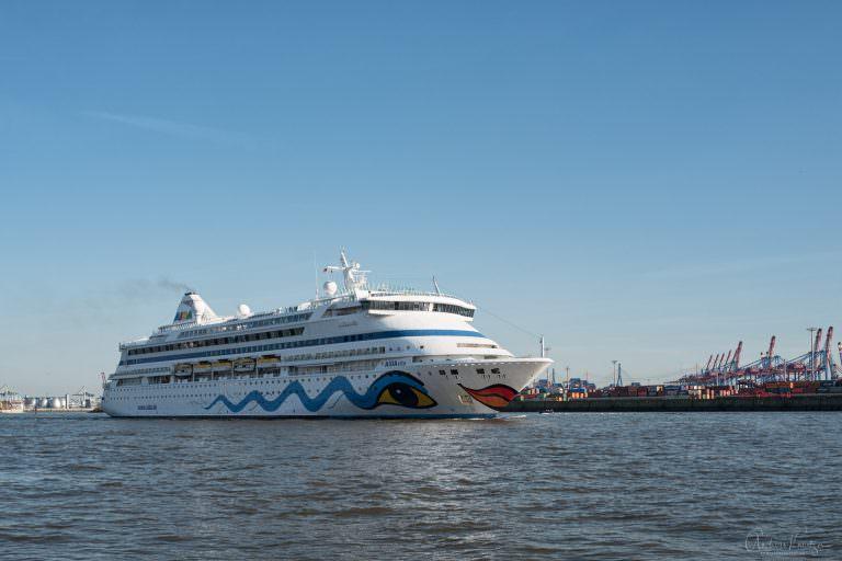 AIDAvita beim Auslaufen in Hamburg