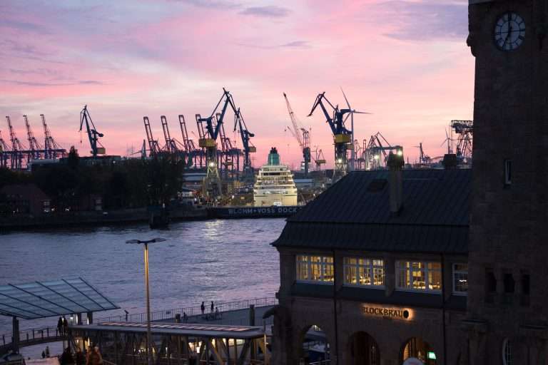 Amada im Dock in Hamburg