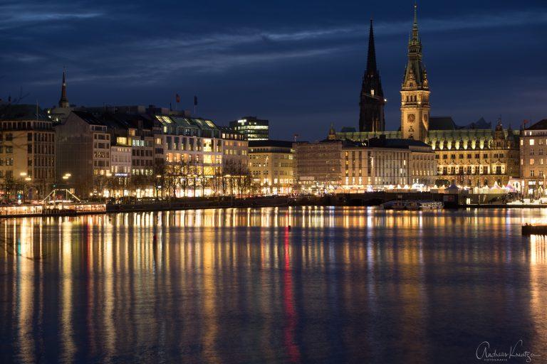 Hamburger Binnenalster mit Rathaus zur Weihnachtszeit