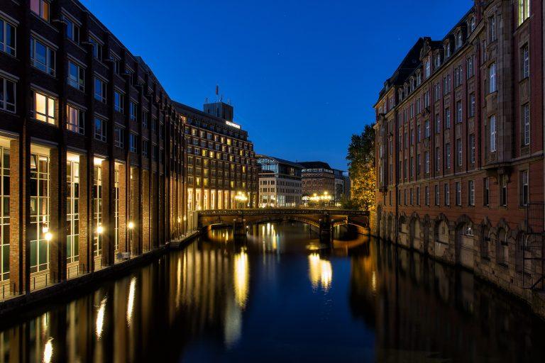 Blick auf die Heiligengeistbrücke. Rechts ist das Gebäude der Bundesfinanzdirektion und links hinter der Heiligengeistbrücke das Steigenberger Hotel.