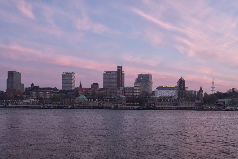 Blick auf die Landungsbrücken am Morgen