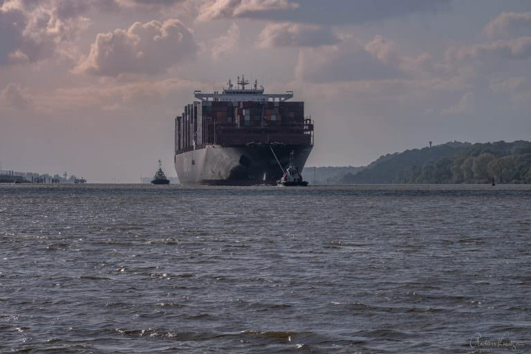 Containerschiff bei Teufelsbrueck