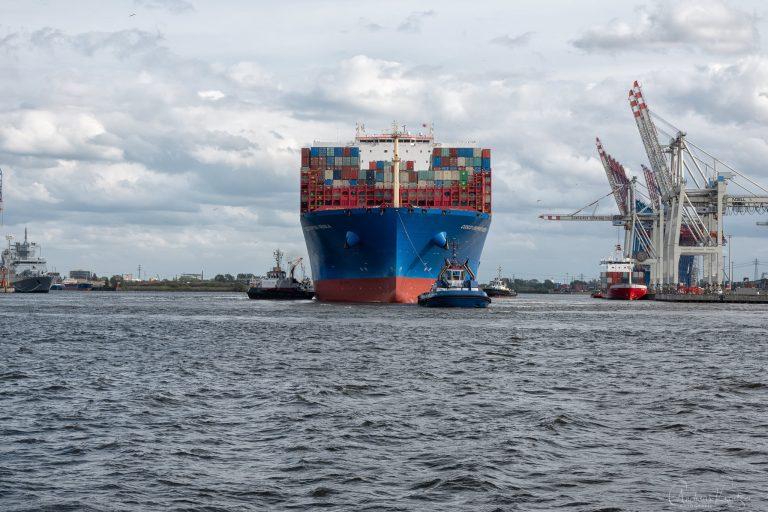 Containerschiff mit Schleppern