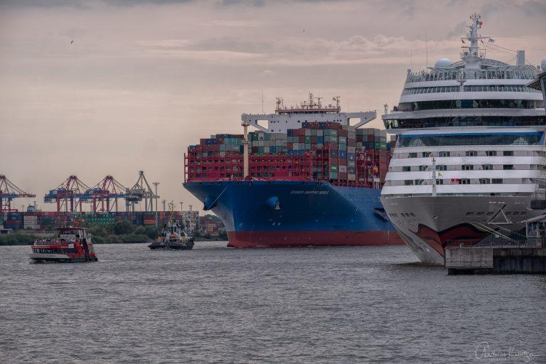 Containerschiff und Kreuzfahrtschiff