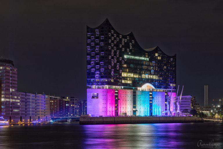 Elbphilharmonie in Regenbogenfarben zum CSD