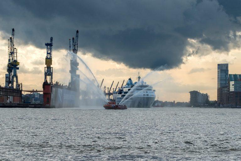 Feuerlöschboot mit Kreuzfahrtschiff