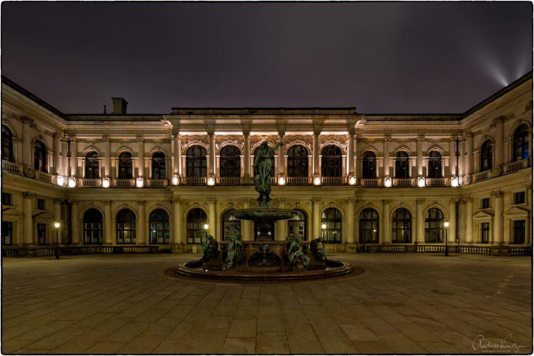 Innenhof vom Hamburger Rathaus mit Blick auf die Handelskammer