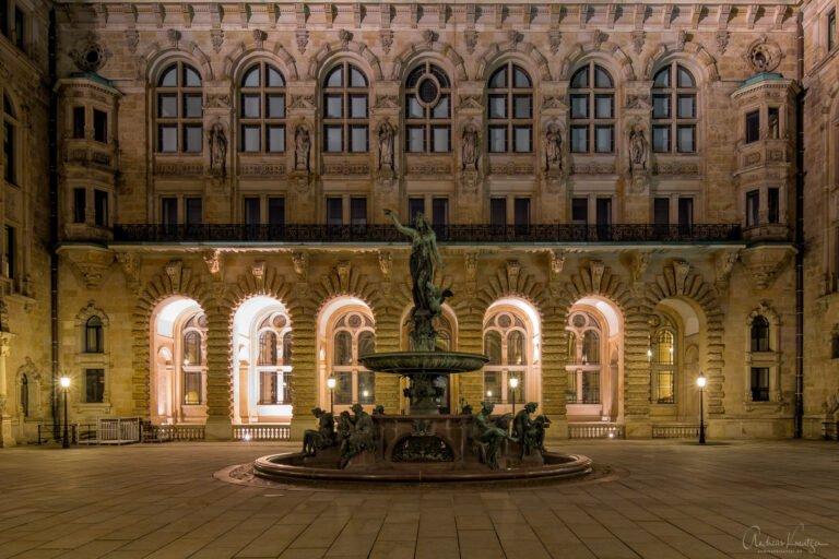 Innenhof vom Hamburger Rathaus mit Hygieia-Brunnen