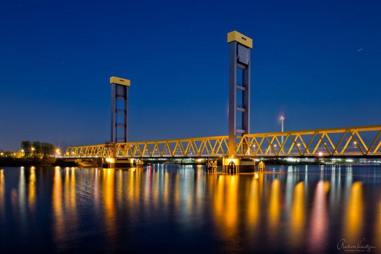 Die Kattwybrücke über die Süderelbe ist die größte Hubbrücke Deutschlands und verbindet die Hamburger Stadtteile Moorburg und Wilhelmsburg.