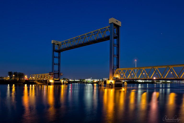 Die Kattwybrücke über die Süderelbe ist die größte Hubbrücke Deutschlands und verbindet die Hamburger Stadtteile Moorburg und Wilhelmsburg. Hier mit Hubhöhe von 46m.
