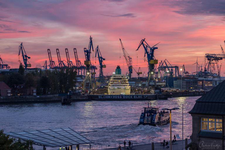 Kreuzfahrtschiff im Dock 17