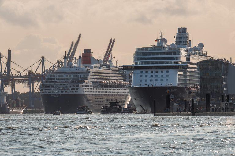 Mein Schiff 6 und Queen Mary 2 in Hamburg
