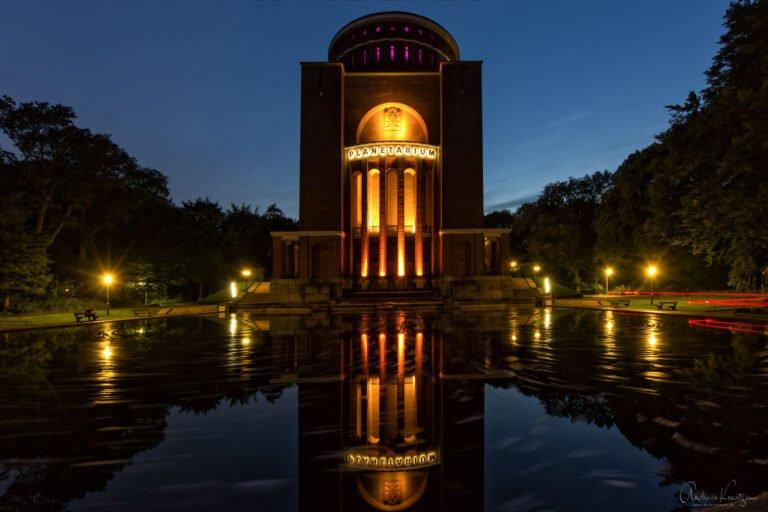 Das Hamburger Planetarium zur Blauen Stunde