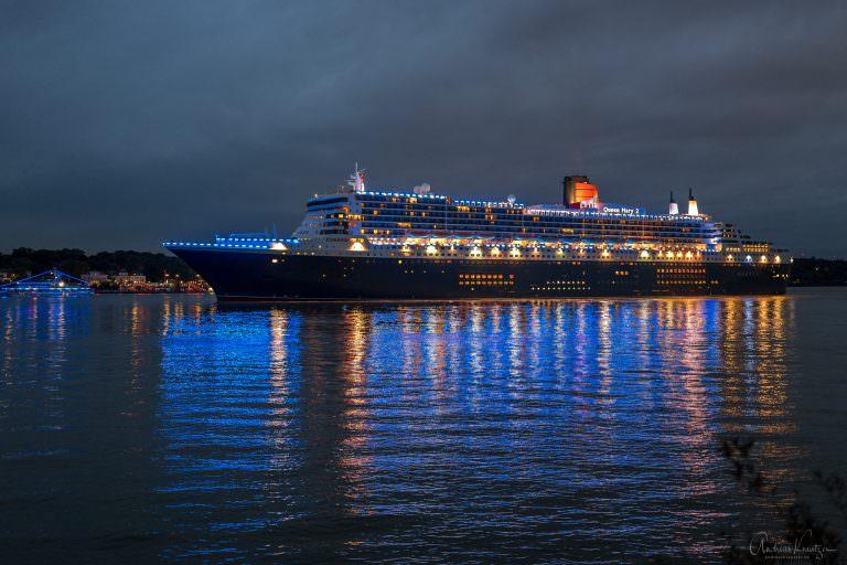 Queen Mary 2 in Blue Port Beleuchtung mit Begleitschiffen