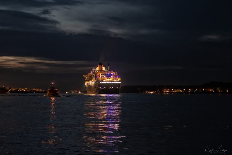Queen Mary 2 abends in Hamburg