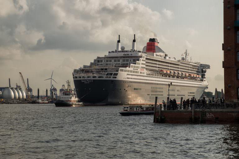 Queen Mary 2 auf dem Weg zum Eindocken