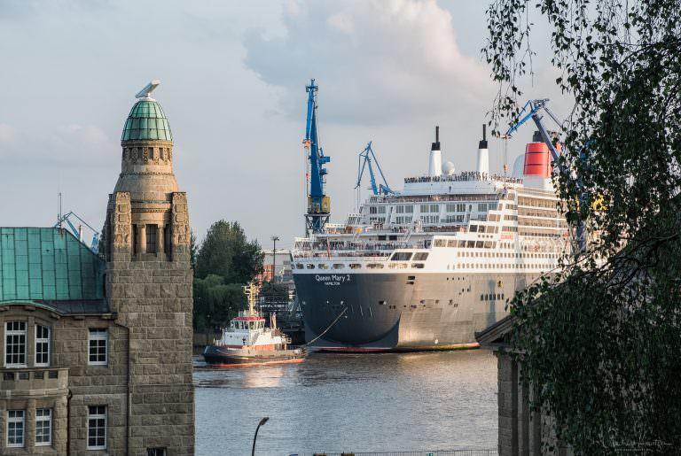 Queen Mary 2 beim Eindocken