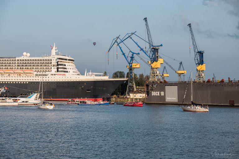 Queen Mary 2 beim Eindocken in Hamburg