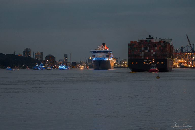 Queen Mary 2 mit Blue Port Beleuchtung