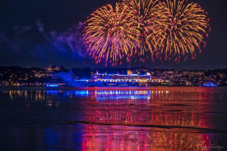 Queen Mary 2 in Blue Port Beleuchtung mit Begleitschiffen und Feuerwerk