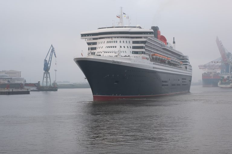 Queen Mary 2 morgens in Hamburg