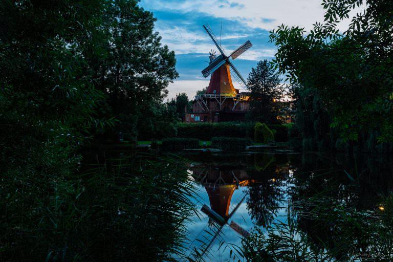 Reitbrooker Mühle in Hmaburg mit Dove Elbe im Vordergrund.