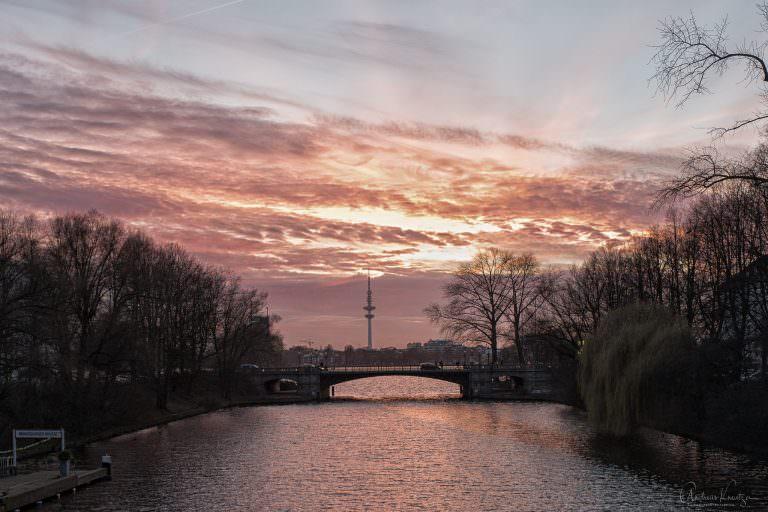 Schwanenwik Brücke im Abendlicht