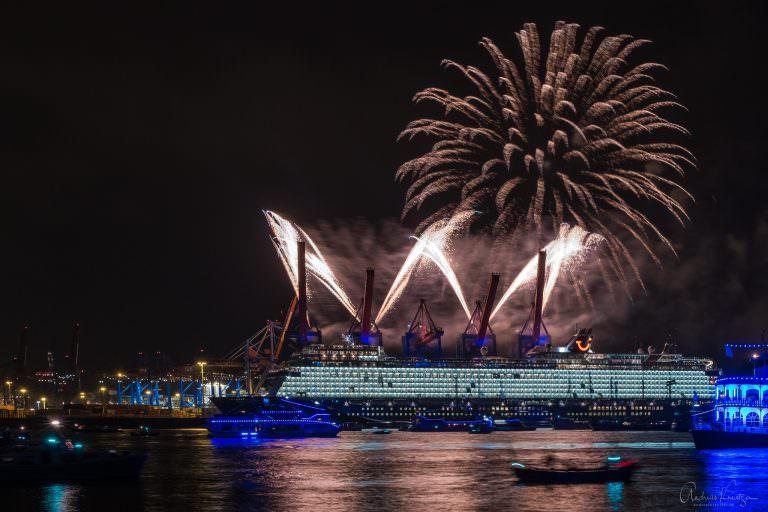 Taufe der Mein Schiff 1  am Hamburger Burchardkai mit Feuerwerk beim 829. Hafengeburtsag