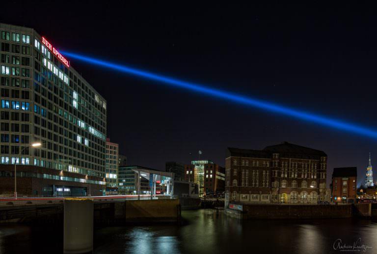 """Blick auf den Teerhof mit dem Lichtstrahl von """"Crossing The Elbe""""."""