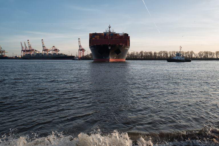 Wendemanöver vom Containerschiff Val Paraioso Express