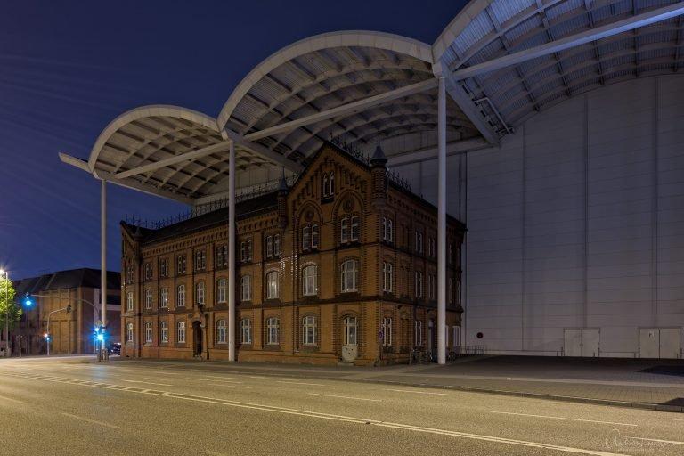 Verwaltungsgebäude des ehemaligen Kraftwerks Karoline, heute in das Messegelände integriert.
