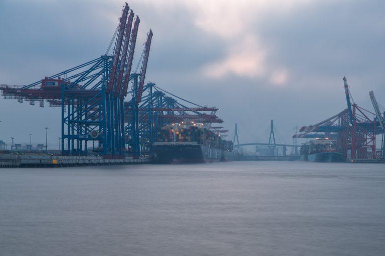 Waltershofer Hafen im Dunst