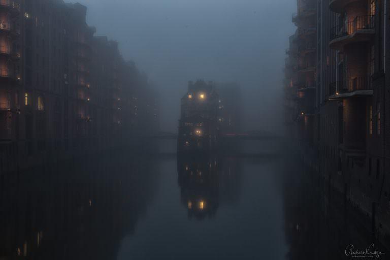 Wasserschloss im Nebel