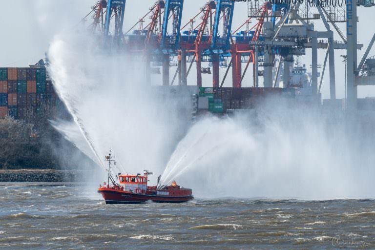 Feuerloeschboot zur Begruessung der AIDAperla