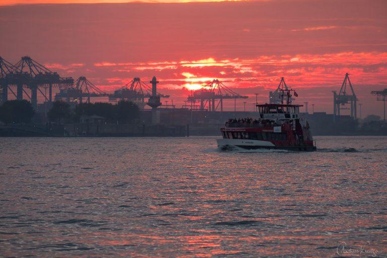 Hafenfähre im Abendlicht