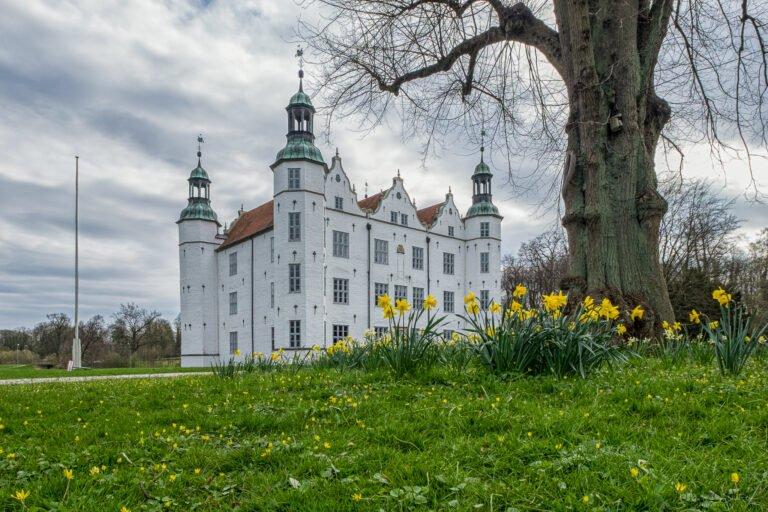 Ahrensburger Schloss im Frühling